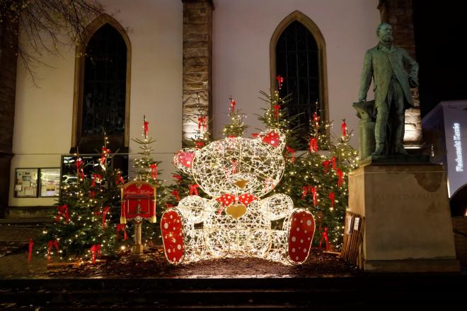 Der Teddybär mit dem Weihnachtsbriefkasten vor der Marktkirche.