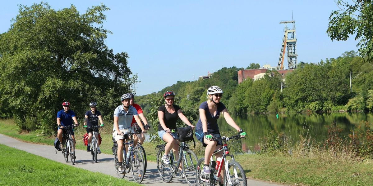 Radfahrer und Radfahrerinnen auf der Radtrasse Rote Mühle