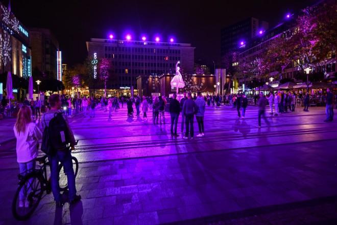 Foto: abendlicher Kennedyplatz während des Light Festivals 2020