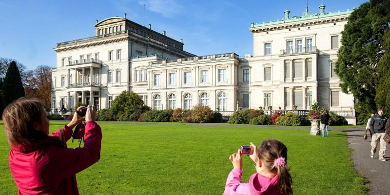 Zwei Besucherinnen fotografieren die Villa Hügel