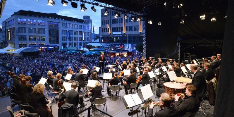 Foto: Essener Philharmoniker auf dem Kennedyplatz bei Essen.Original.