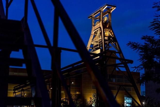 Blick auf den illuminierten Doppelbock auf Zeche Zollverein