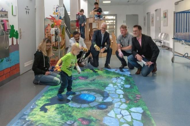 Kinder und Erwachsene auf einem Flur