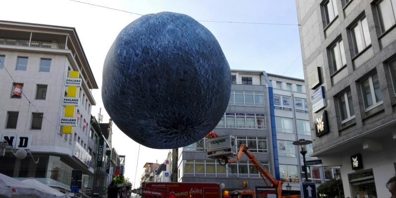 """Die Installation """"Museum of the Moon"""" bei der Installation am heutigen Morgen (31.10.2018)"""