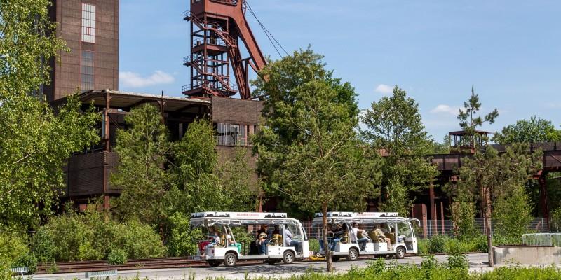 Zwei Kleinbusse auf dem Gelände Zollverein