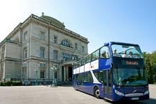 Foto: Blauer Doppeldeckerbus vor der Villa Hügel