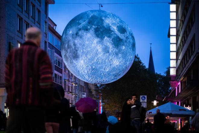"""Installation """"Mond"""" beim Essen Light Festival"""