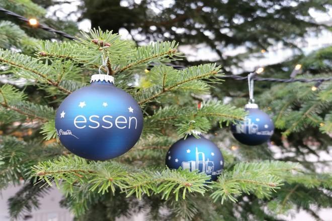 """blaue Weihnachtsbaumkugel mit Skyline der Stadt Essen und Aufschrift """"essen"""""""