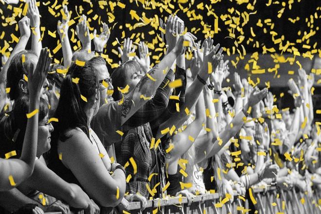 Foto: Jubelnde Menschen vor einer Bühne