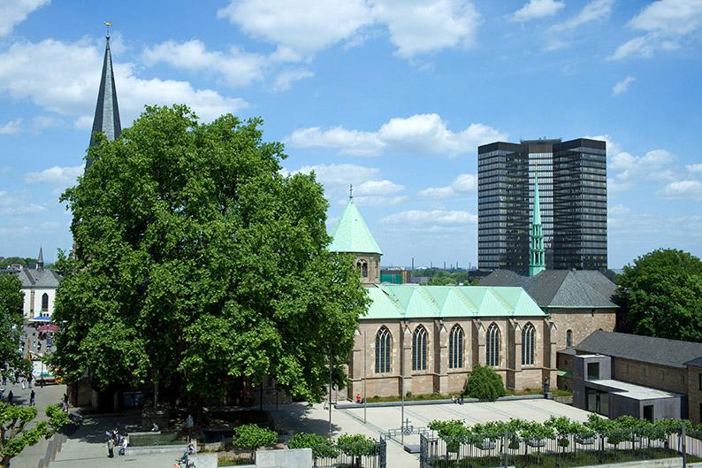Foto: Das Essener Rathaus und die Münsterkirche