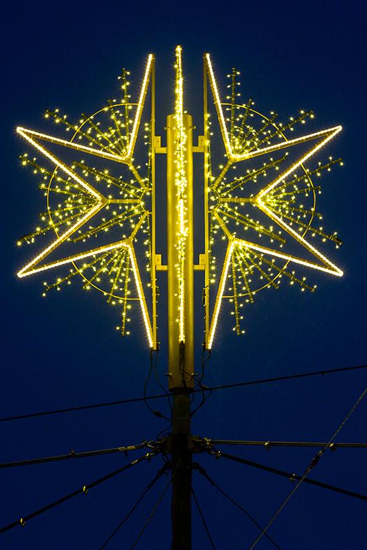 Foto: Illuminierter Stern auf der Lichtkrone Kennedyplatz