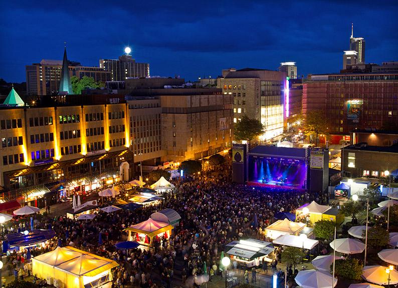 Hauptbühne auf dem Kennedyplatz beim Stadtfestival ESSEN.ORIGINAL.
