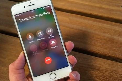 Foto: Anruf übers Handy in der Touristikzentrale Essen