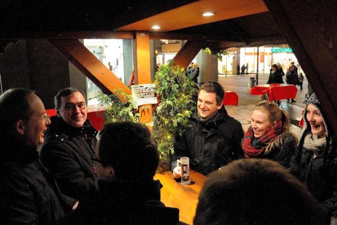 Besuchergruppe an einem Glühweinstand auf dem Weihnachtsmarkt Essen