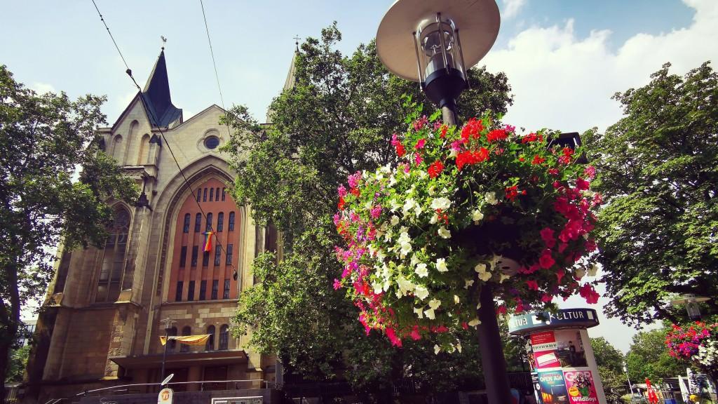 Blumenampel vor der Gertrudiskirche