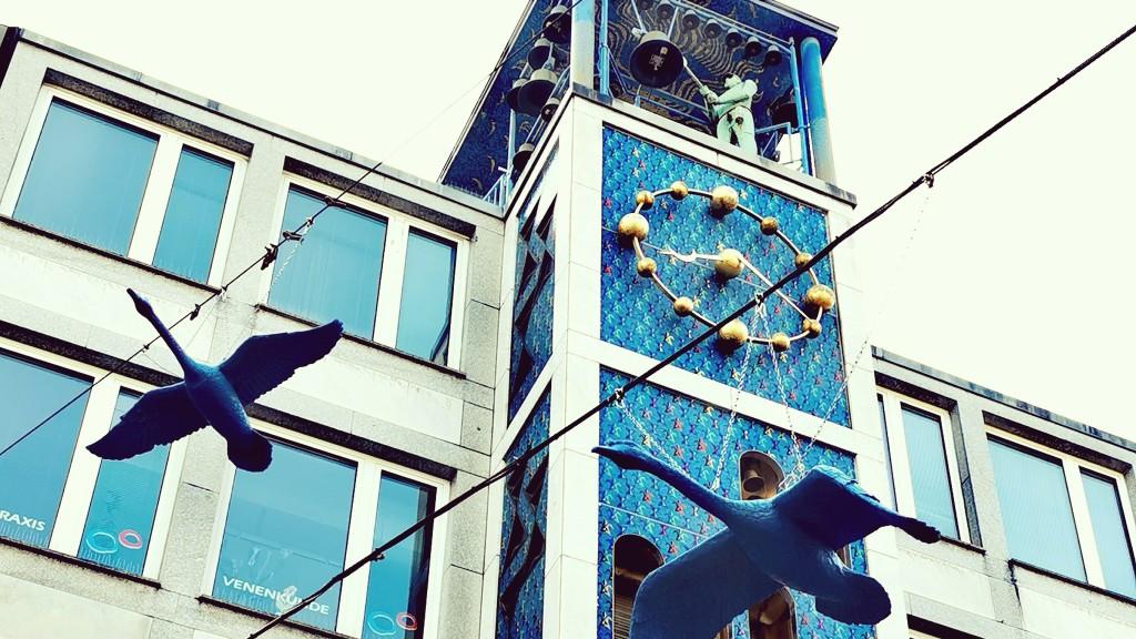 Schwäne vor dem Glockenspiel auf der Kettwiger Straße