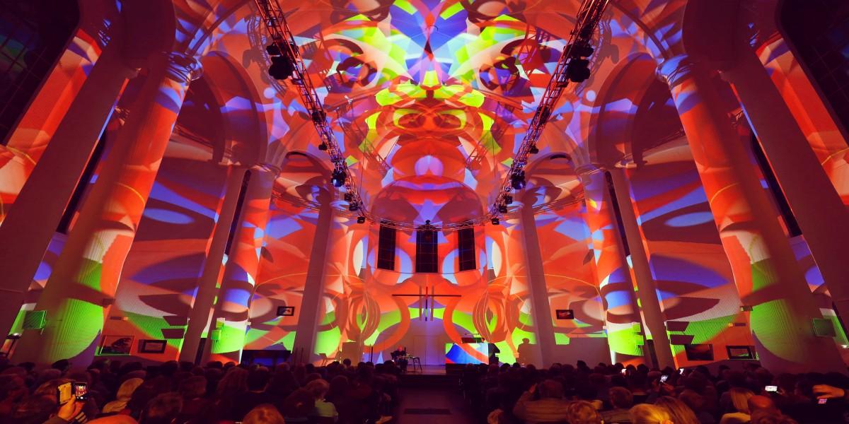 """Das """"Lichtgewitter"""" in der Kreuzeskirche beim Essen Light Festival 2019."""