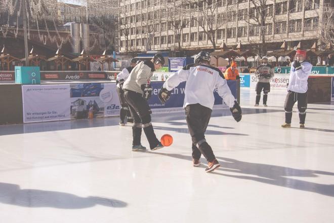 Bei der Polarsoccer-WM treten die Teams in Turnschuhen und robuster Eishockeymontur gegeneinander an