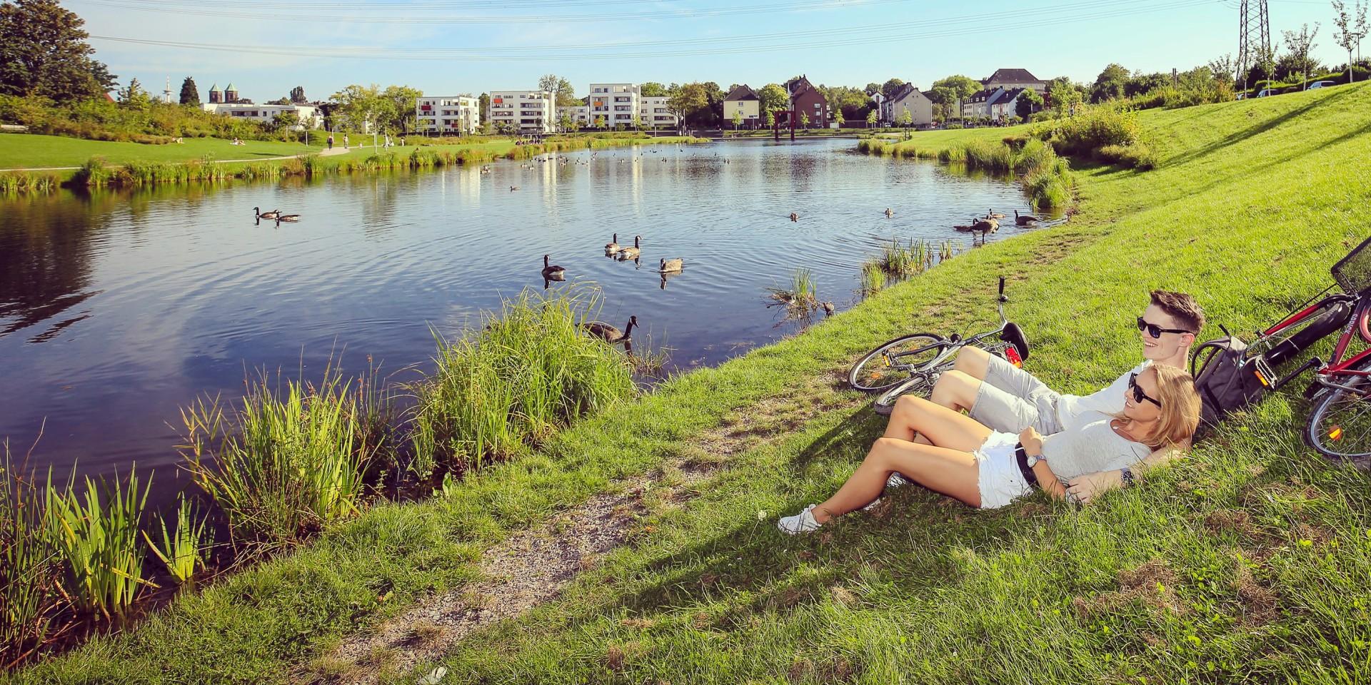 Pärchen mit Fahrrädern am Niederfeldsee