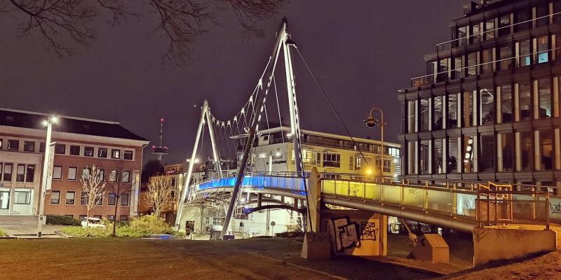 Foto: Illuminierte Folkwang-Brücke bei Nacht