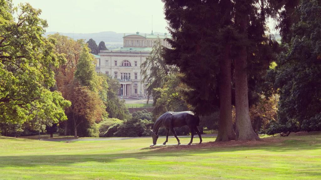 Villa Hügel mit Skulptur von Albert Hinrich Hußmann, Bronze, ca. 1914
