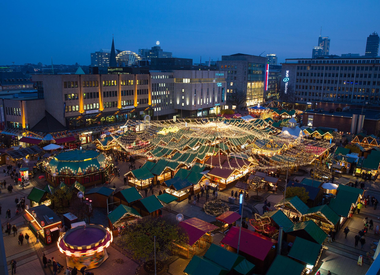Blick von oben auf den Weihnachtsmarkt Essen auf dem Kennedyplatz