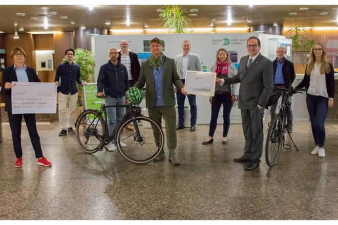 OB und EWG Team mit Fahrrädern im Rathaus