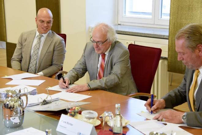 Die beiden geschäftsführenden Gesellschafter Christoph und Wolfgang Thelen sowie Essens Polizeipräsident Frank Richter bei der Vertragsunterzeichnung (v.l.n.r.)