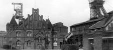 Foto Lohnhalle der Zeche Bonifacius mit zwei Fördergerüsten