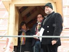 Foto Der Zimmermann begrüßt den Oberbürgermeister Thomas Kufen und die Baudezernentin Simone Raskob beim Richtfest am Eisenhammer