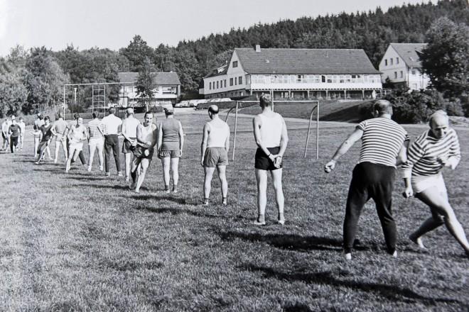 historische Aufnahme junger Sportler auf der Wiese