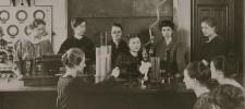 Foto Abiturientinnen im Physikraum