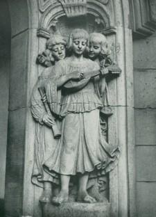 Foto einer Skulptur: Jünglinge im Eingangsbereich der Luisenschule