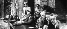 Bild der Pressetisch in den Trümmern nach dem Zweiten Weltkrieg