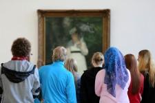 Foto Besucher vor Pierre Auguste Renoir, Lise - La femme à l'ombrelle, 1867, Museum Folkwang, Essen