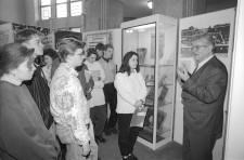 Foto Ernst Schmidt mit Schülern in der Ausstellung der Alten Synagoge