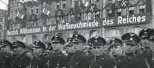 """Foto Handelshof mit dem Banner """"Herzlich Willkommen in der Waffenschmiede des Reiches"""""""
