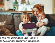 Frau mit Babys und Tablet