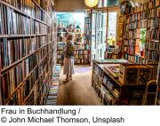 Frau im Buchladen