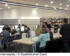 Eine Schülergruppe an den Internetplätzen der Zentralbibliothek