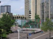 Blick auf den Platz vor der Zentralbibliothek. Im Hintergrund ist das Essener Rathaus zu sehen.