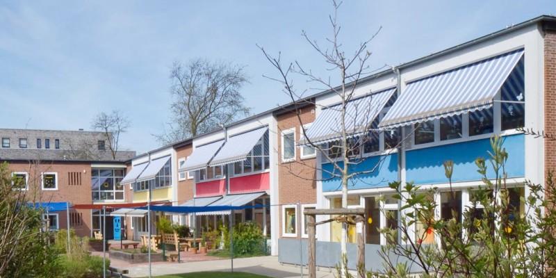 Das Kitagebäude Rückseite mit Außenbereich und Sonnenschutz