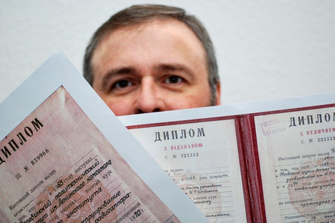 Mann mit russischen Diplomen