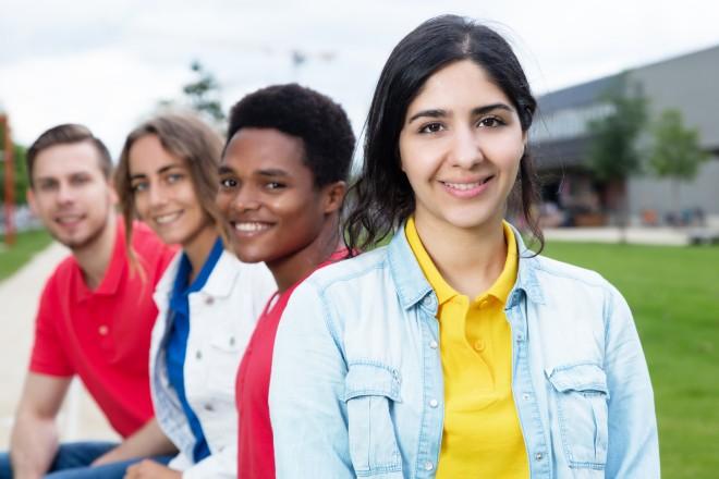 Das Bild zeigt vier Jugendliche unterschiedlicher nationaler Herkunft.