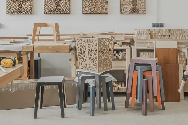 Blick in die Holzwerkstatt bei der Neuen Arbeit der Diakonie: Kunstvolle Holzreliefe, Körbe und Sitzhocker.