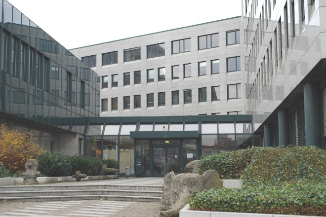 Gebäude der Agentur für Arbeit am Berliner Platz, gezeigt wird die Perspektive auf den Haupteingang