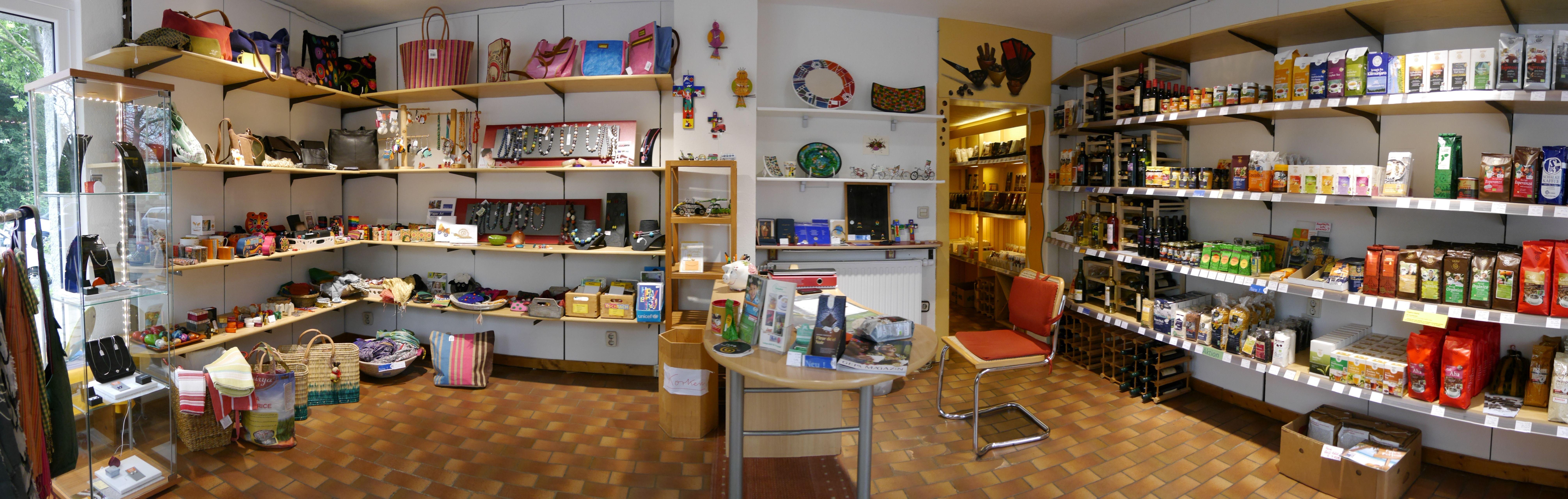 Regale mit verschiedenen Waren zum Verkauf