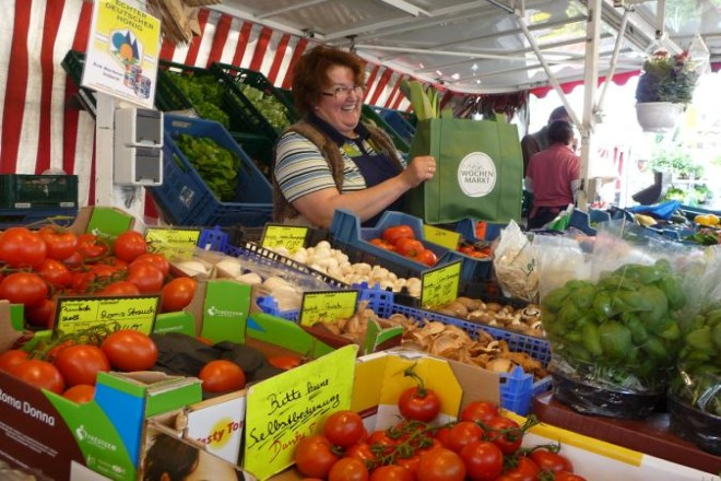 Marktverkäuferin am Obst- und Gemüsestand