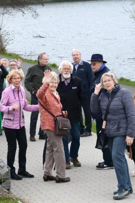 Spaziergangsgruppe am See