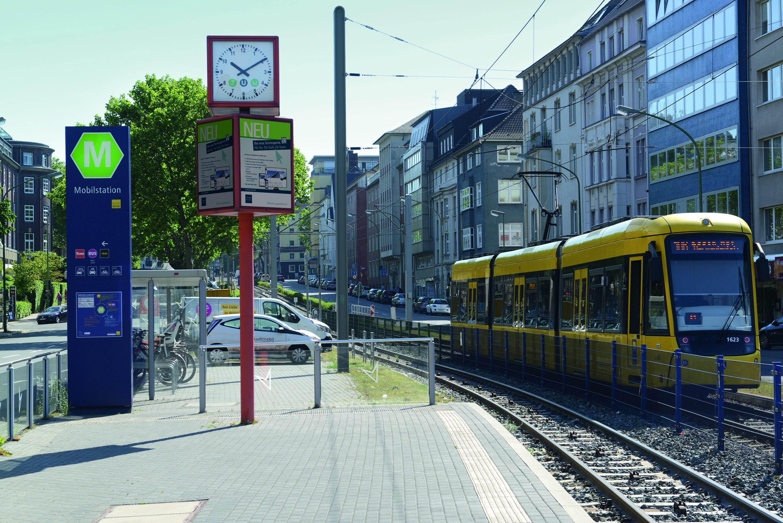 Bild von der Mobilstation am Landgericht Essen mit Straßenbahn